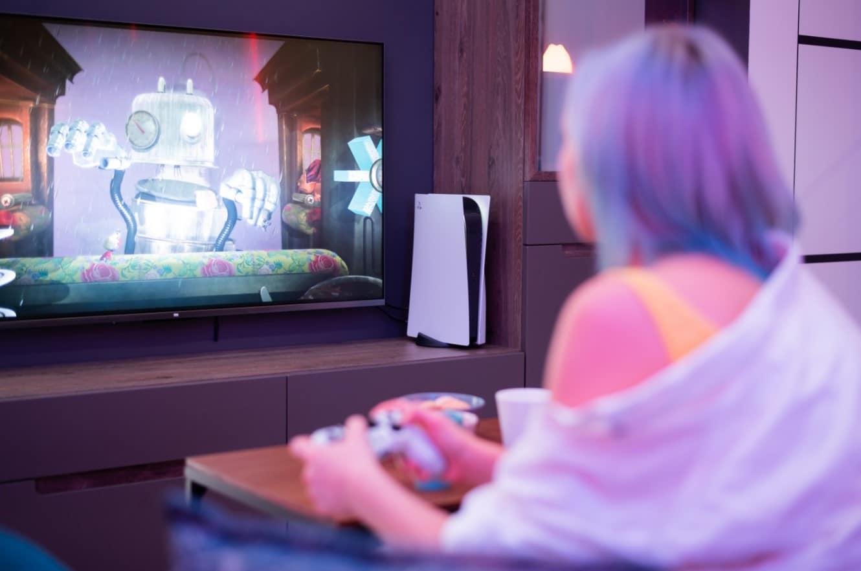 Gamerin spielt mit PlayStation 5