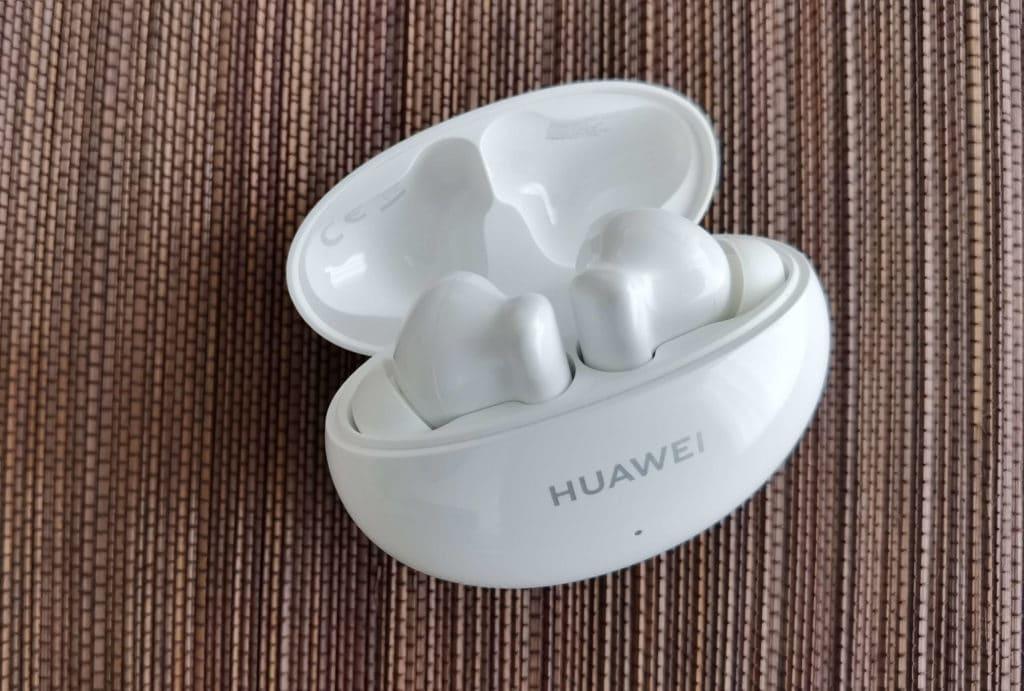 Huawei Freebuds 4i im Test mit offenem Ladecase