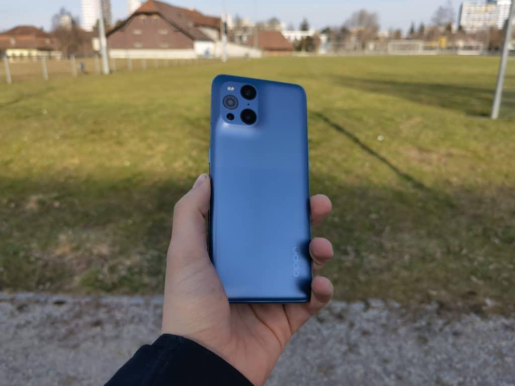 Das Oppo Find X3 Pro in blauer Farbe