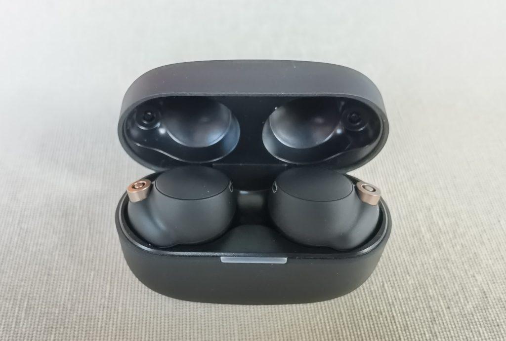Sony WF-1000XM4 Kopfhörer im Test: das Gehäuse mit In-Ears drin.