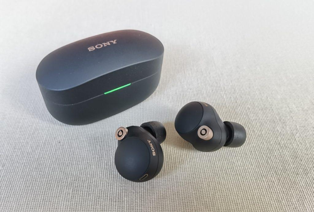 Sony WF-1000XM4 Kopfhörer im Test: Nahaufname Case mit In-Ears.