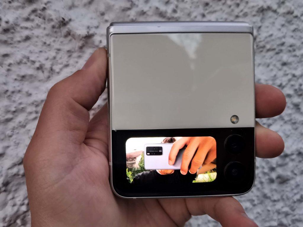 Samsung Galaxy Z Flip 3: Selfies mit der Hauptkamera machen, dank zweitem Bildschirm.